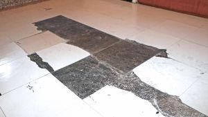 Asbest under golvplattor.