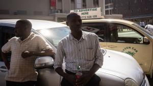 Siteni Mungure står utanför oppositionens högkvarter vid sin taxi. Han tror att det blir kaos när presidentvalsresultatet kommer - och han tror Mnangagwa kommer att utropas till vinnare.