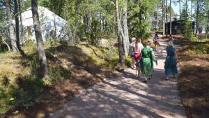 kvinnor på promenadväg i skog