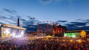 Yleisöä loppuunmyydyllä Flow Festival.