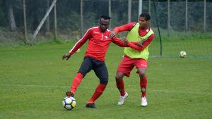Anthony Dafaa håller undan för Anthony Olusanya.