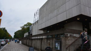 Wäinö Aaltonens museum utifrån, en kvinna går upp för trapporna till muséet.
