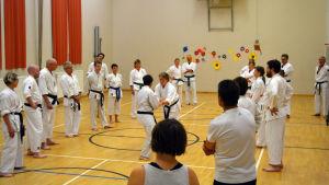 Karateträning på gång i Kaitsor.