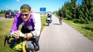 Kuvassa Radio Suomen toimittaja Petri Rinne ajaa polkupyörällä.