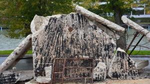 Bitar av ett bombaderat hus
