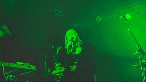 Ruusut-yhtyeen solisti Ringa Manner laulaa.