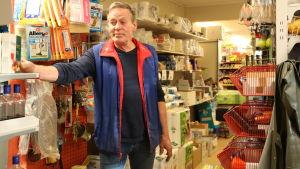 Håkan Maris bland hyllorna i bybutiken han snart ska ge över till en yngre köpman