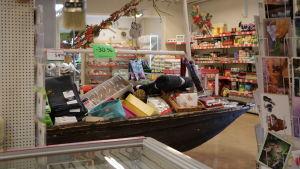 Bybutiken Nybos i Töjby, där det finns en båt med varor som säljs billigare