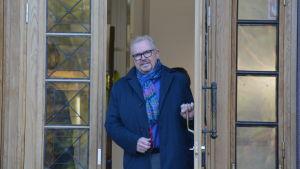 Stadsdirektör Ragnar Lundqvist vid ytterdörren till nya stadshuset.