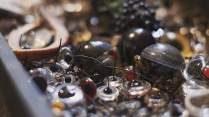 Samling av ögon av glas i olika storlekar och färger.
