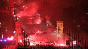 Polacker firar Polen 100 år i Warszawa.