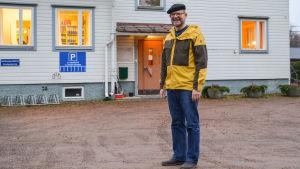 Sten Frondén framför gamla kommunhuset i Liljendal