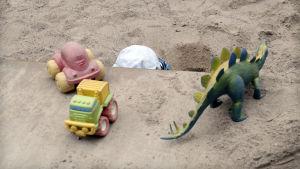 Lapsi leikkii hiekkalaatikolla.