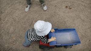 Lapsi leikkii leikkipuistossa.