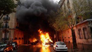 En bil brinner på en gata i Paris.