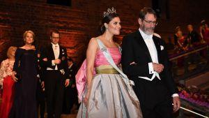 Bakom kronprinsessan Victoria och George P. Smith går prins Daniel tillsammans med Frances Arnold som var en av de tre som delade på kemipriset.