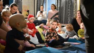 barn sitter och njuter av barnteater.