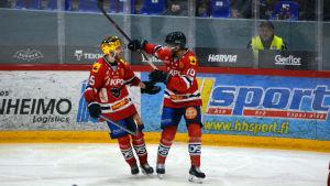 Samu Markkula och Sebastian Moberg firar ett mål.