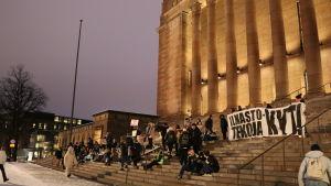 Klimatdemonstranter på riksdagshusets trappa tidigt på morgonen.