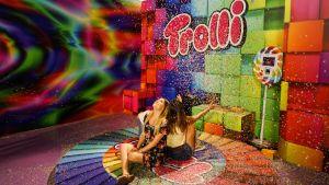 Två flickor i konfettiregn på Candytopia i New York.