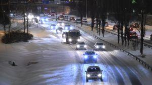Motorvägstrafik under vintern.
