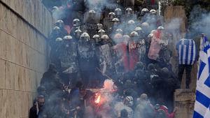 Situationen eskalerade då demonstranter försökte ta sig närmare entrén till parlamentet.