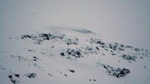 Det randiga området på fjällets högra sida är där lavinen gick efter försvarets första sprängning.