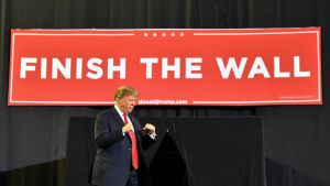 """Donald Trump framför en banderoll med texten """"Finish the wall"""" i El paso, Texas."""