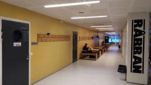 Korridor i Oxhamns skola i Jakobstad.