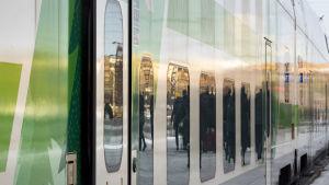 Pitkänmatkanjuna lähdössä Helsingin rautatieasemalta.