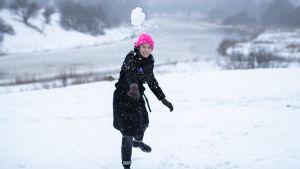 Li Andersson heittää lumipalloa