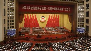 Folkkongressen hålls i Folkets stora hall som ligger invid den Himmelska fridens torg i Peking