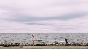 kaksi pientä tyttöä meren rannalla