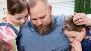 Aleksei Roganov kahden lapsensa kanssa.