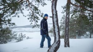 Sampo Terho seisoo Porkkalanniemellä kalliolla lumisessa maisemassa