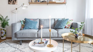Soffa och soffbord i vardagsrum.