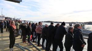 Att sjöfarten och dess historia fortfarande har en stor betydelse för Åland märktes i att hundratals engagerade åskådare samlades för att bevittna dockningen.