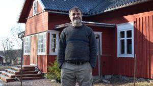 Kurt Andersson står framför sitt gamla torp.