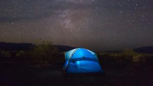 Stjärnehimmel över tält.