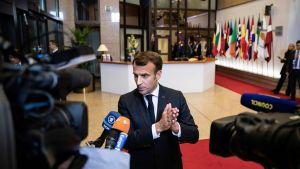 Emmanuel Macron talar med journalister.
