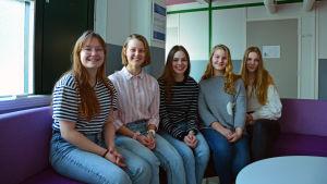 Pargas svenska gymnasium-elever på soffan.