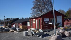 En servicebyggnad i Bromarv hamn som håller på att färdigställas. En del byggnadsmaterial runt byggnaden.