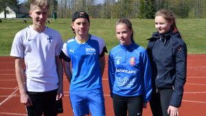Elever från Lovisanejdens högstadium vid idrottsplanen i Lovisa.