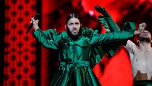 conan osíris som uppträder med portugals bidrag i en konstig mörkgrön dräkt och skäggörhänge (?)