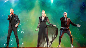 gruppen KEiiNO sjunger i svarta kläder och grön bakgrund
