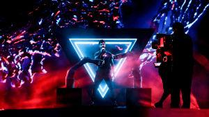 chingiz med två robotar och en stor lysande triangel bakom sig