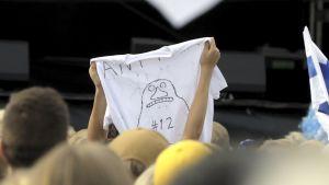 Finska fans firar guldvinsten. Ett fan håller upp en skjorta med Mårran.