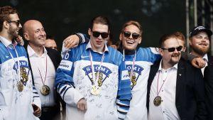 Finska guldlaget firar i Kajsaniemi.
