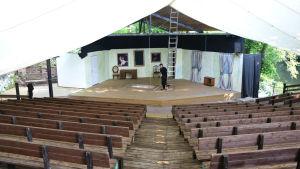 en tom teaterläktare och scen