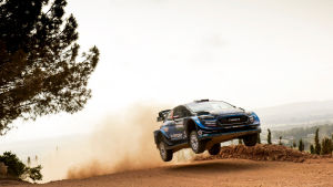 Rallikuski Teemu Sunisen auto hyppää soratiellä Sardinian MM-rallissa 2019.